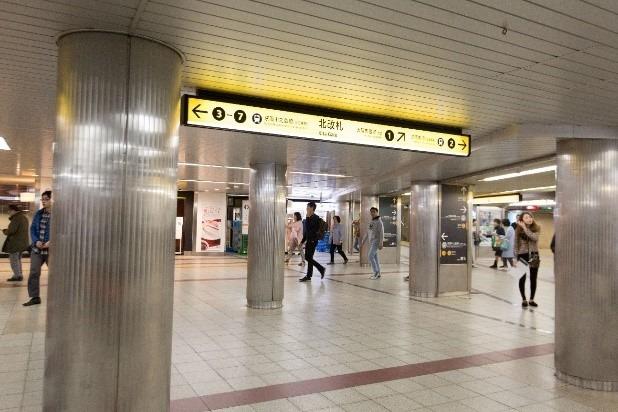 ②右斜めの京阪の改札の方へ進みます。